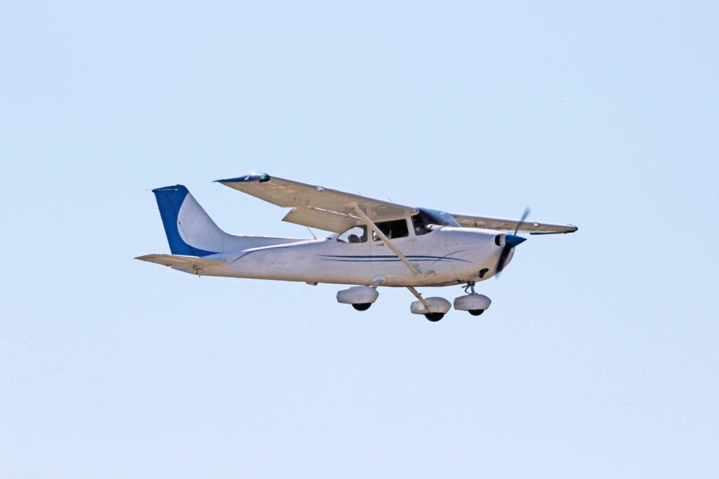 cessna 172 skyhawk in flight